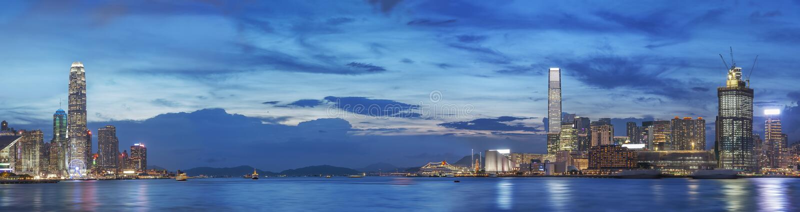 Victoria Harbor van Hong Kong bij schemer stock afbeelding