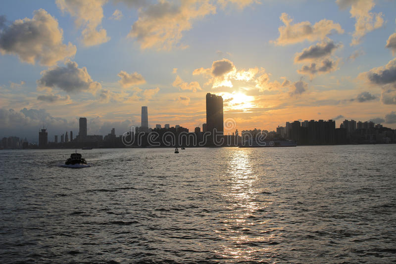 Download Victoria Harbor Van Hong Kong Bij Zonsondergang Stock Afbeelding - Afbeelding bestaande uit straal, china: 54077359