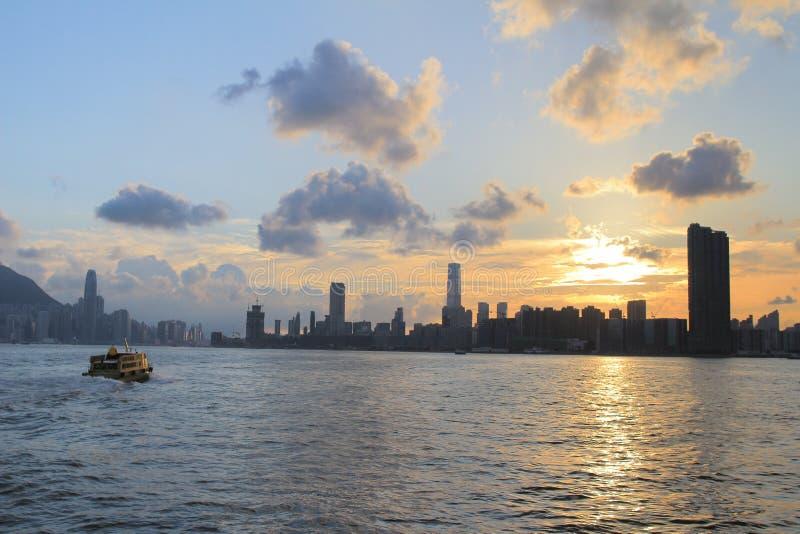 Download Victoria Harbor Van Hong Kong Bij Zonsondergang Stock Afbeelding - Afbeelding bestaande uit kong, straal: 54077373