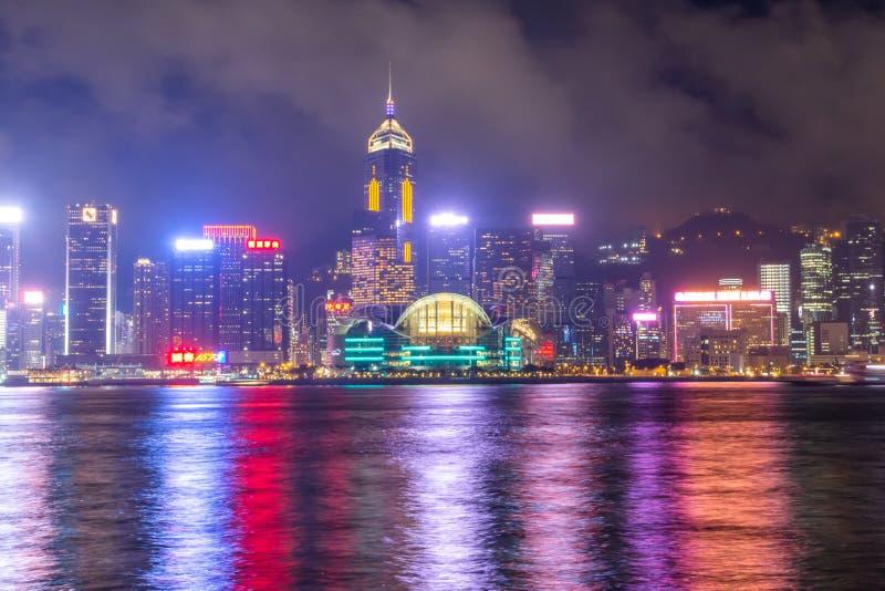 Victoria Harbor van Hong Kong City bij een mistige nacht royalty-vrije stock foto