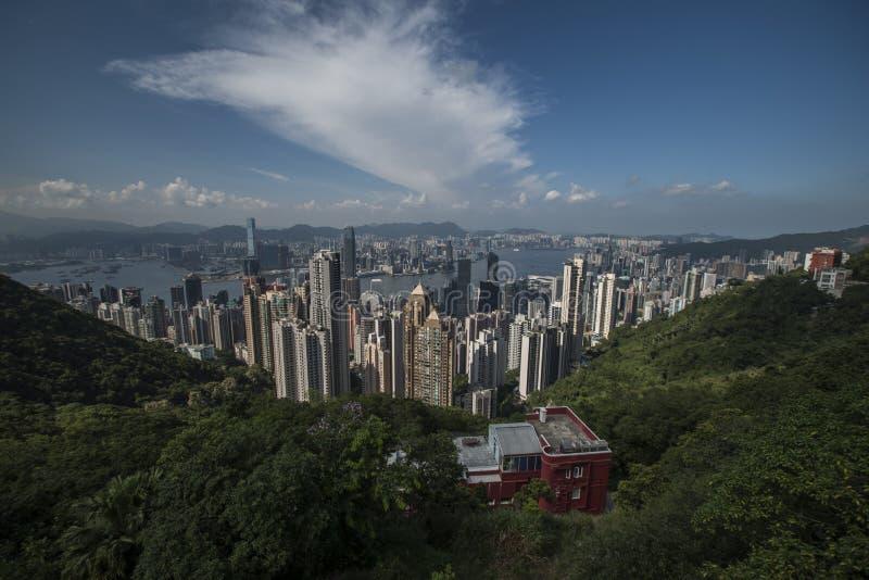 Victoria Harbour en Hong Kong vu de Victoria Peak avec des collines et d'une maison dans le premier plan photographie stock