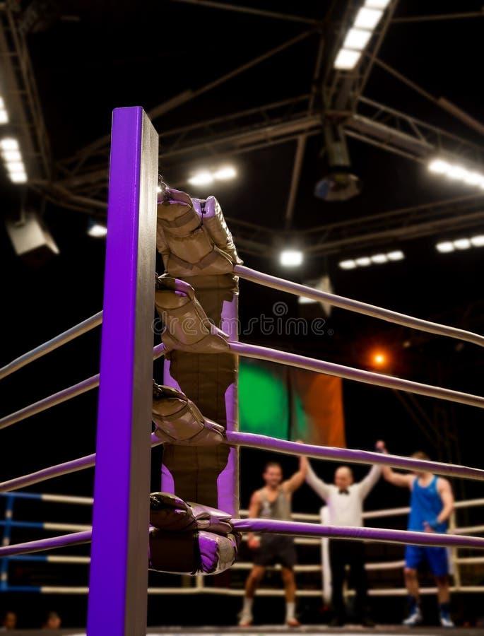 Victoria igual de boxeadores en el anillo imagenes de archivo