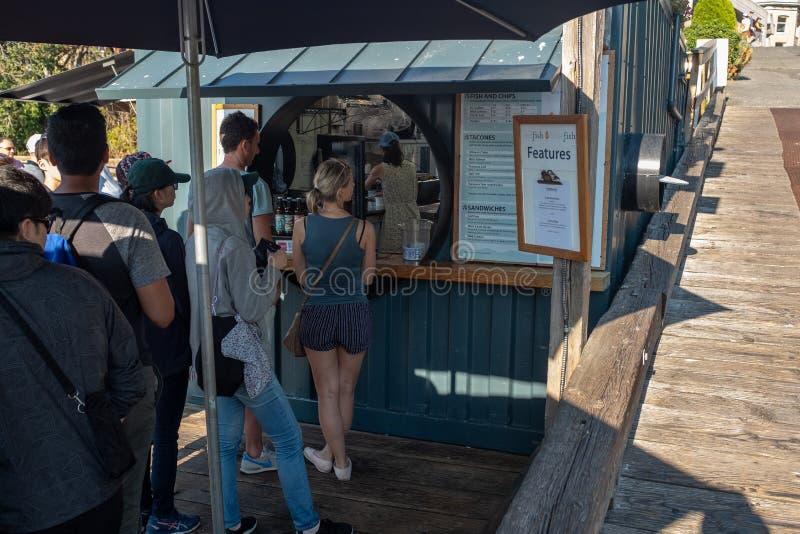 Victoria, isla de Vancouver, Columbia Británica, Canadá, julio, 8, 2018: Gente que hace cola para los pescado frito con patatas f fotos de archivo