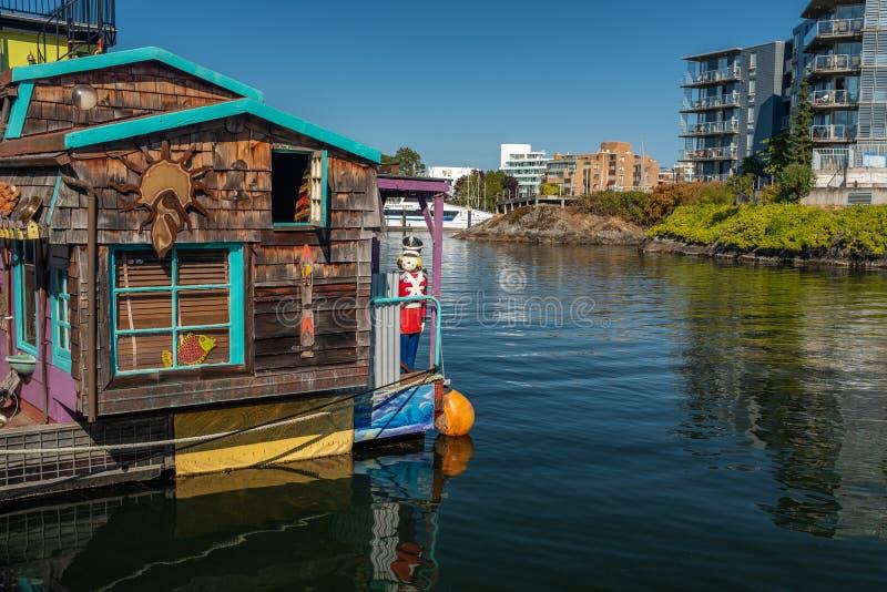 Victoria, isla de Vancouver, Columbia Británica, Canadá, julio, 8, 2018: Los hogares flotantes en Victoria contra un contexto de  imagenes de archivo