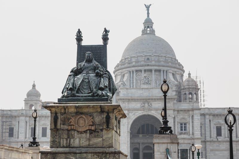 Victoria Memorial Hall in Kolkata, Indien Statue der Königin Victoria mit Thron vor VIctoria Memorial Hall in Kolkata, Indien stockfoto