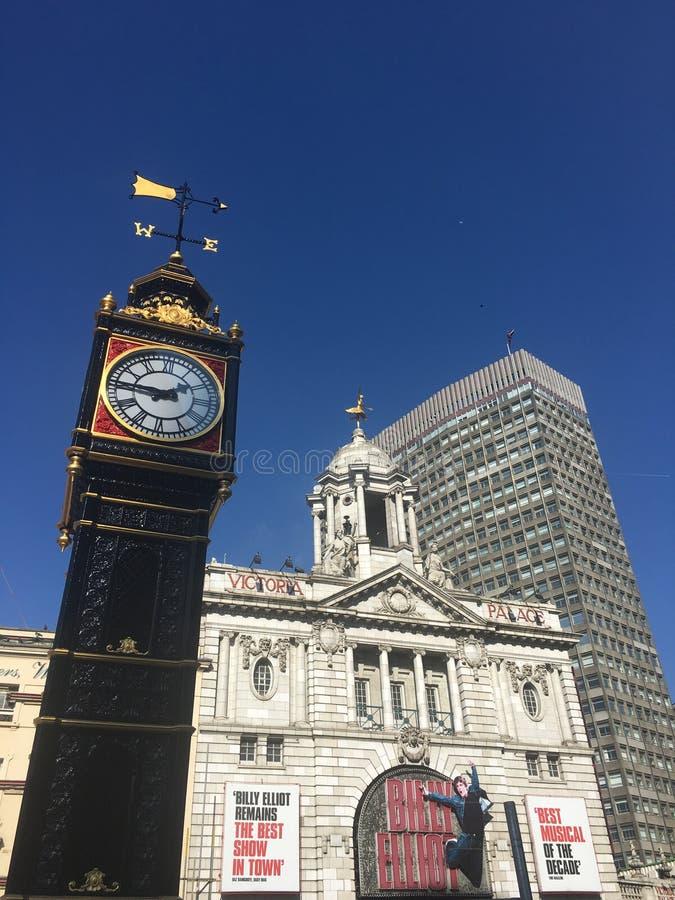 Victoria Palace Theatre London met hersteld Londen Victoria Clock stock afbeeldingen