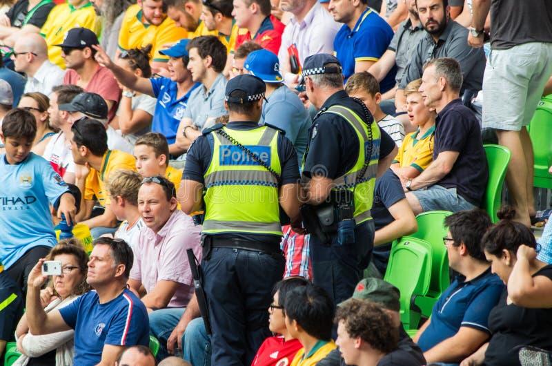 Victoria Police tjänstemän som håller ögonen på folkmassan royaltyfri bild