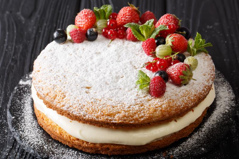 Victoria-sandwichcake met verse de zomerbessen en m wordt verfraaid dat royalty-vrije stock foto