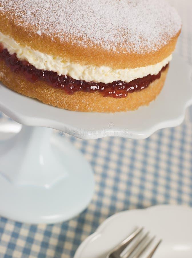 Victoria-Schwamm auf einem Kuchen-Standplatz stockfotos