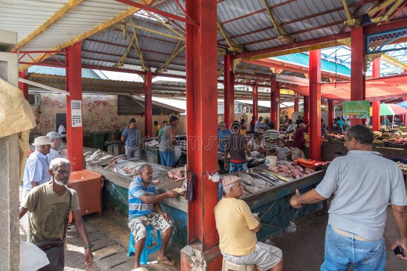 VICTORIA, SEYCHELLES, IL 3 AGOSTO 2018: Pescatori che vendono la loro c immagine stock