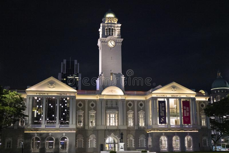 Victoria Theatre y la sala de conciertos en la noche imagen de archivo libre de regalías