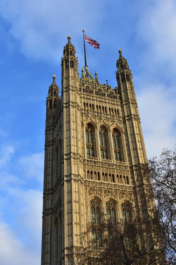 Victoria Tower avec le drapeau de la Grande-Bretagne La Cité de Westminster, Chambres du Parlement Londres, Royaume-Uni images libres de droits
