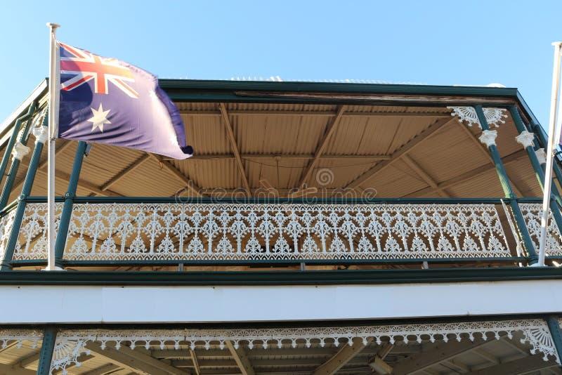Victoriaans stijlbalkon met Australische vlag in Kalgoorlie, Westelijk Australië royalty-vrije stock afbeelding