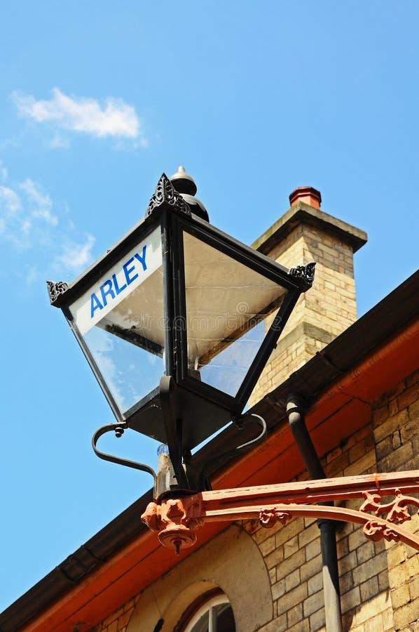 Victoriaanse lantaarn bij de spoorwegbouw royalty-vrije stock afbeeldingen