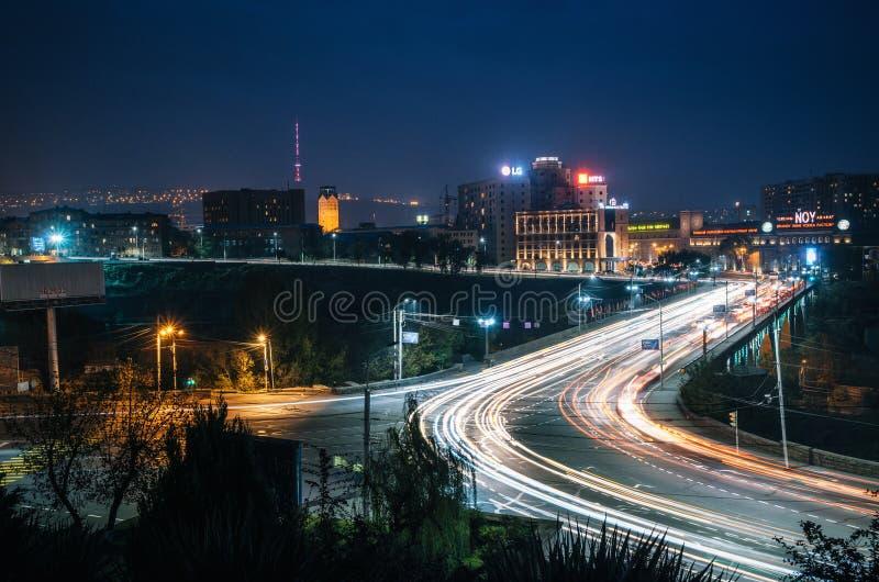 Victory Bridge mot Yerevan Ararat Brandy Factory på natten arkivbilder