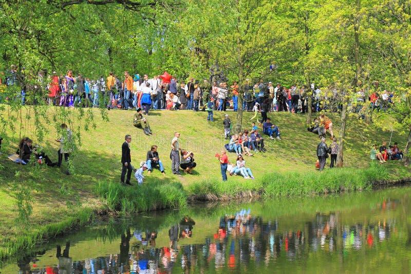 Download Victory Day - Mensen Op De Bank Van Een Sloot In Overwinningspark Redactionele Stock Foto - Afbeelding bestaande uit viering, reservoir: 54086388