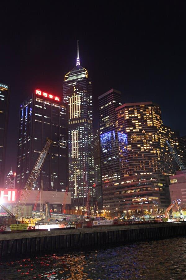 Victory Harbour med central Plazabyggnad vid natt, Hong Kong royaltyfria foton