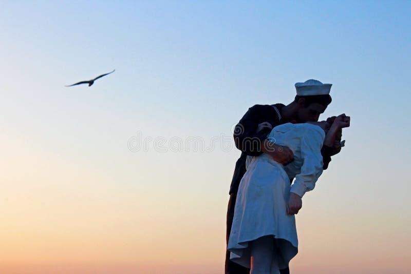 Victory Kiss Statue på skymning, San Diego Bay arkivfoton