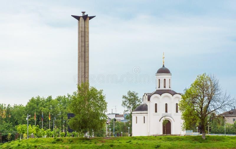 Victory Obelisk et le temple de Michael Tverskoy sur la banque o photo stock