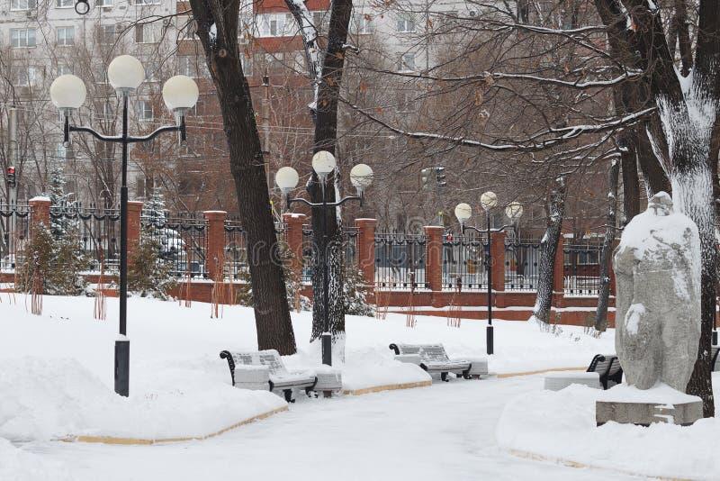 Victory Park en invierno Novokuybyshevsk, un monumento del solenoide de la piedra imagen de archivo