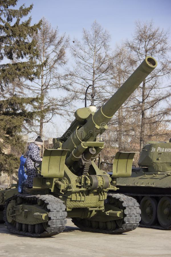 Victory Park Prövkopior av militär utrustning av det stora patriotiska kriget royaltyfri fotografi