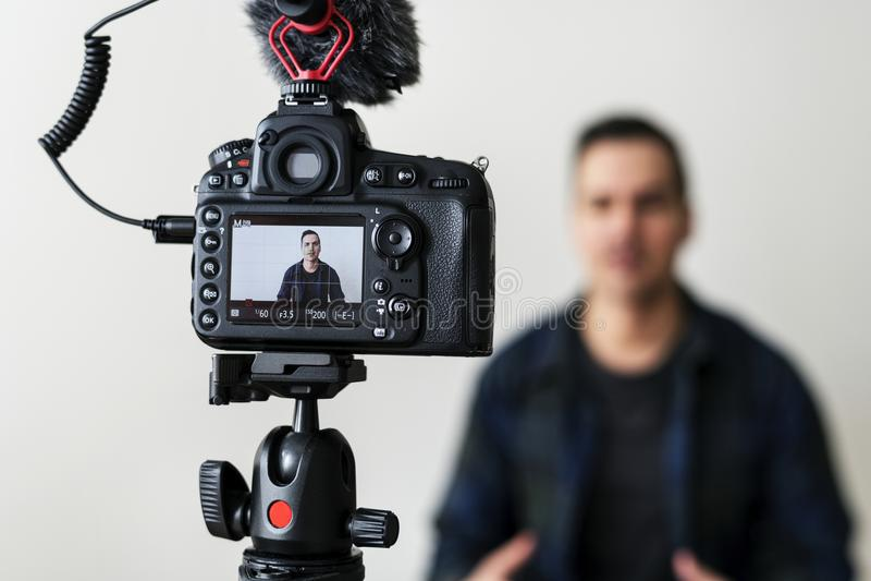 Vidéo blanche d'enregistrement de blogger utilisant l'appareil-photo photographie stock