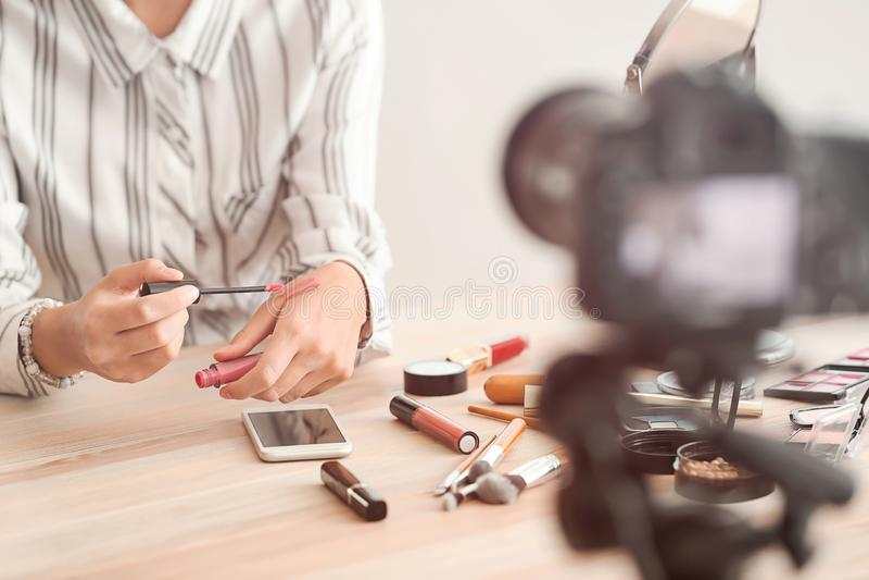 Vidéo de enregistrement de jeune blogger de beauté à la maison photos stock