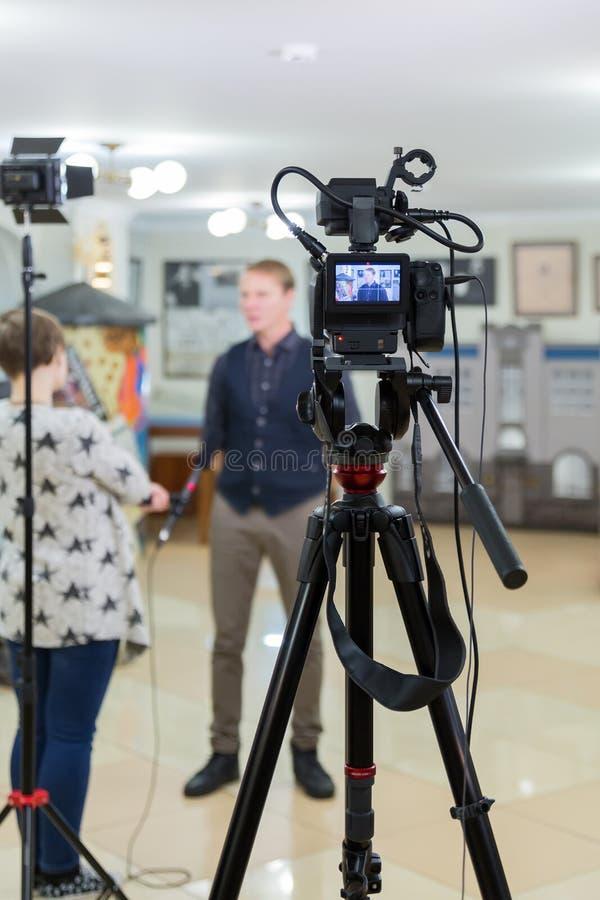 Vidéo de l'entrevue Matériel de télévision, caméscope avec l'écran d'affichage à cristaux liquides, matériel d'éclairage photos stock