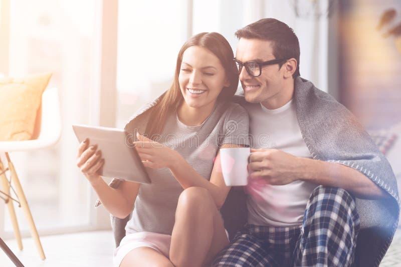 Vidéo de observation de couples heureux dans le comprimé photo stock