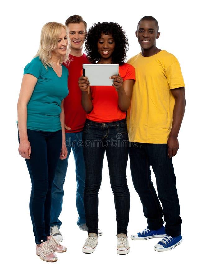 Vidéo de observation de groupe de l'adolescence occasionnel sur le PC de tablette images stock