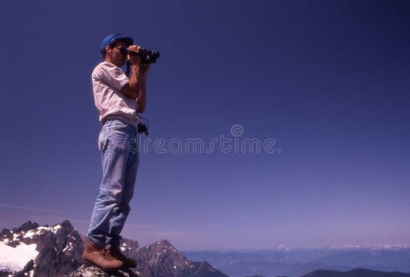 Vidéo de randonneur enregistrant des montagnes sur bande photos stock