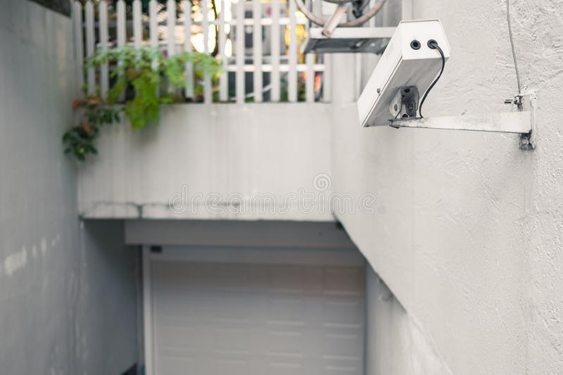 Vidéo surveillance cachée blanche devant l'entrée de garage image libre de droits
