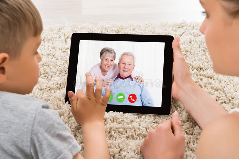 Vidéoconférence de mère et de fils sur la Tablette de Digital images libres de droits