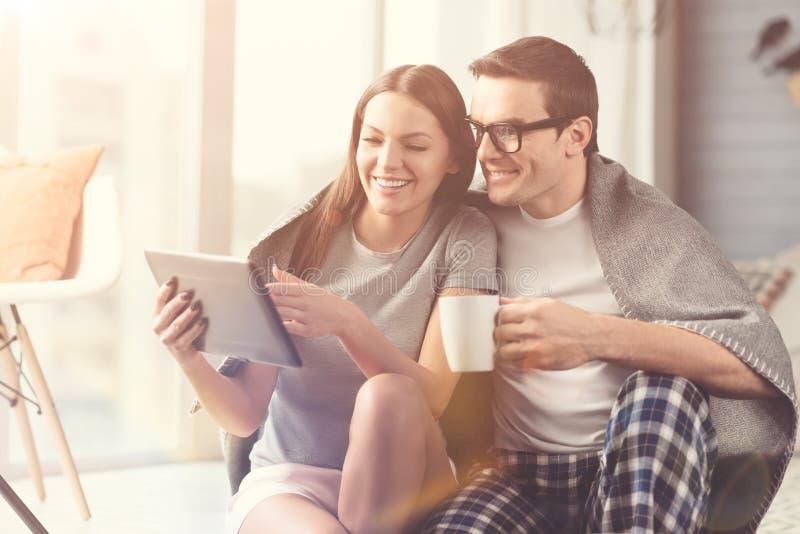 Vidéos de observation de couples rêveurs positifs ensemble photo stock