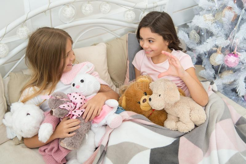 Vid kors att vara glat Småbarn tycker om jul Små flickor spelar med leksaker E royaltyfri fotografi