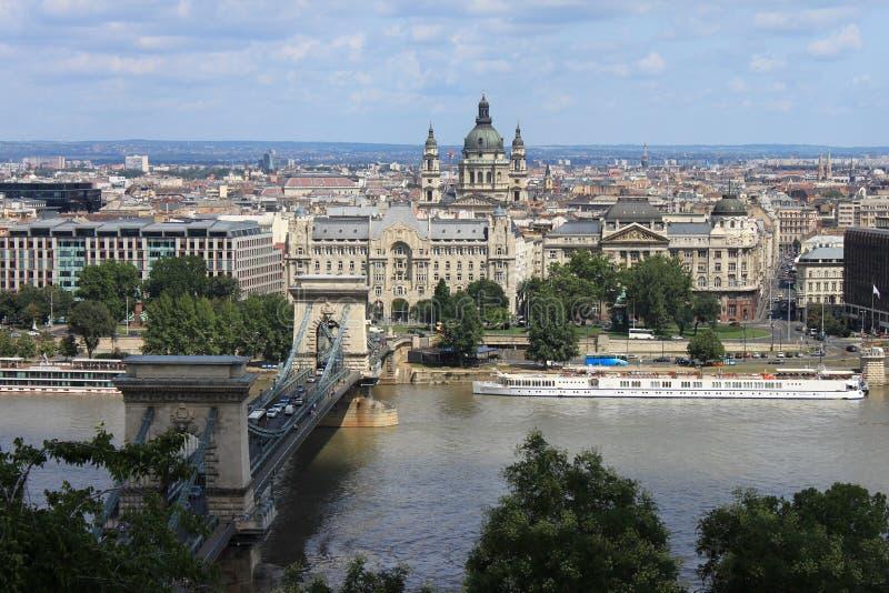 35/5000 Vid na gorod Budapesht我tsepnoy布达佩斯和铁锁式桥梁城市的多数看法 免版税库存照片
