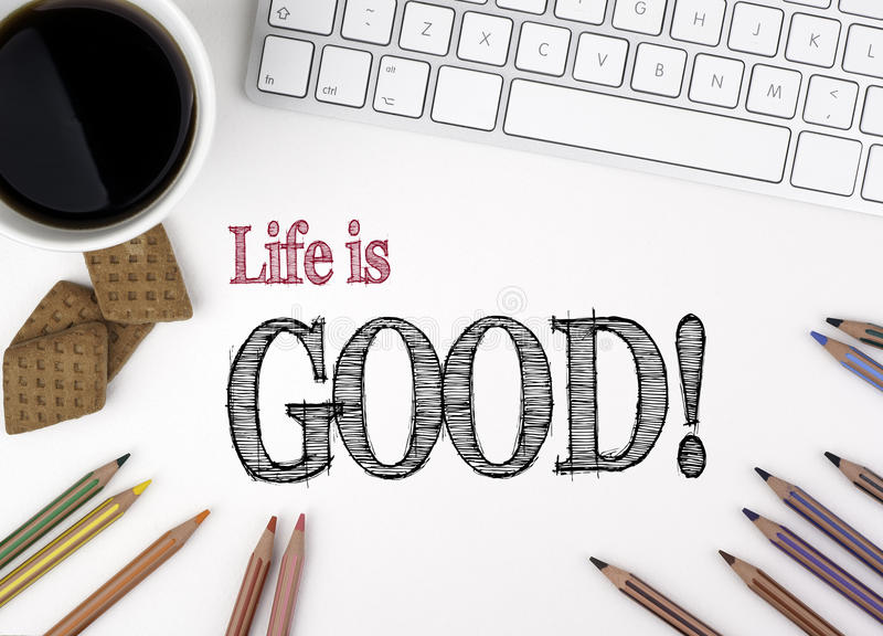 A vida é boa! Texto em uma mesa de escritório branca foto de stock royalty free