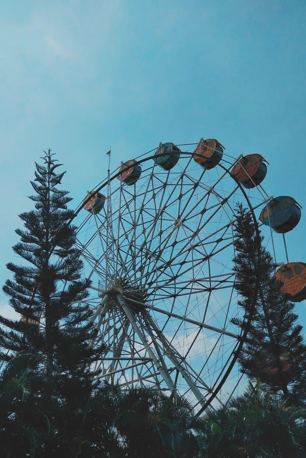 A vida é como uma roda de ferris fotografia de stock