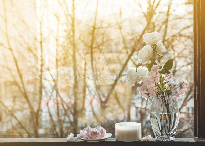 Vida acogedora de la calma de la primavera: taza de té caliente con el ramo de la primavera de flores en alféizar del vintage con imágenes de archivo libres de regalías