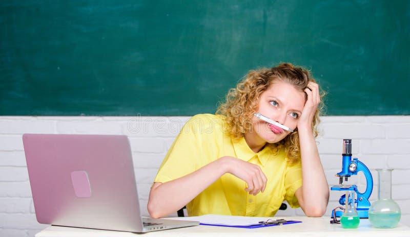 Vida agotadora del estudiante D?a agotador Empleo agotador del profesor Muchacha emocional con el funcionamiento del ordenador po imagen de archivo libre de regalías