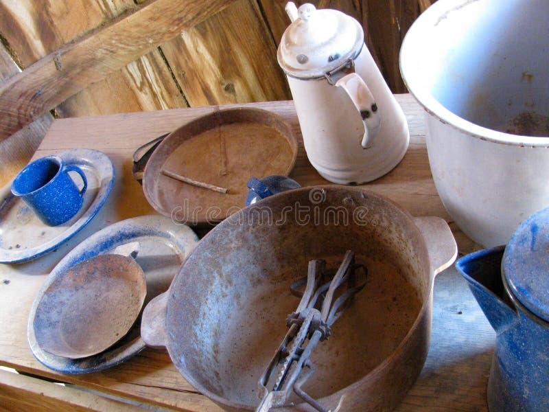 Vida ainda dobrada com o cookware retro do metal azul e branco foto de stock