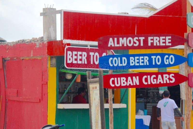 Vida como um local nos vendedores ambulantes do Bahamas e na cerveja fria fotografia de stock
