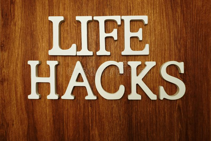 A vida corta letras do alfabeto da palavra no fundo de madeira fotografia de stock