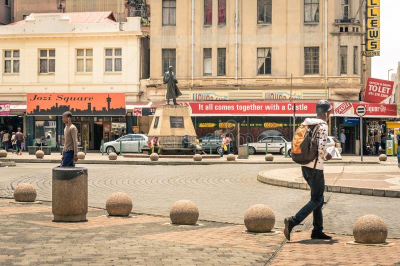 Vida cotidiana en el cuadrado de Gandhi en Johannesburgo Suráfrica fotos de archivo