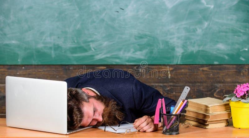 Vida da exaustão do professor Caia adormecido no trabalho Trabalho mais forçado dos professores do que os povos médios Fadiga de  imagem de stock