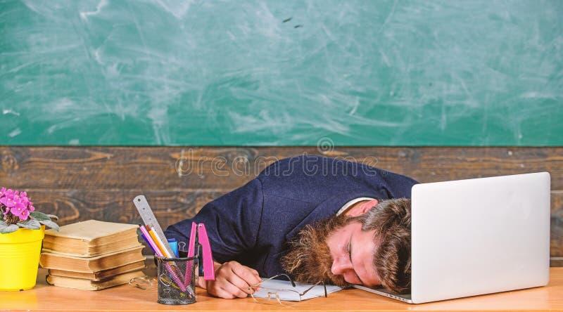 Vida da exaustão do professor Caia adormecido no trabalho Trabalho mais forçado dos professores do que os povos médios Fadiga de  imagens de stock royalty free