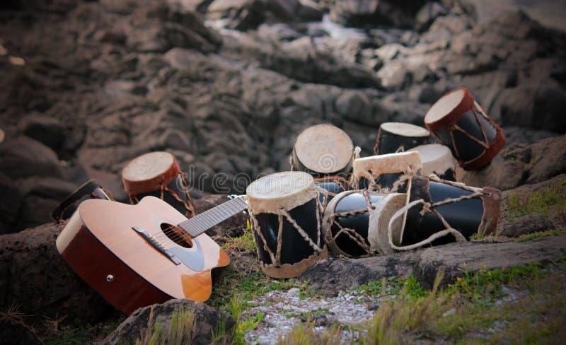 Vida da guitarra e dos cilindros ainda imagem de stock