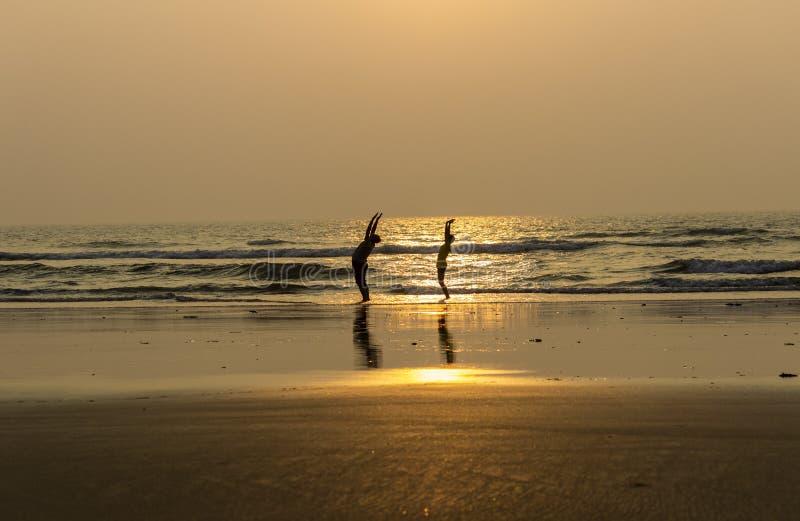 Vida da ioga na praia do mar foto de stock royalty free