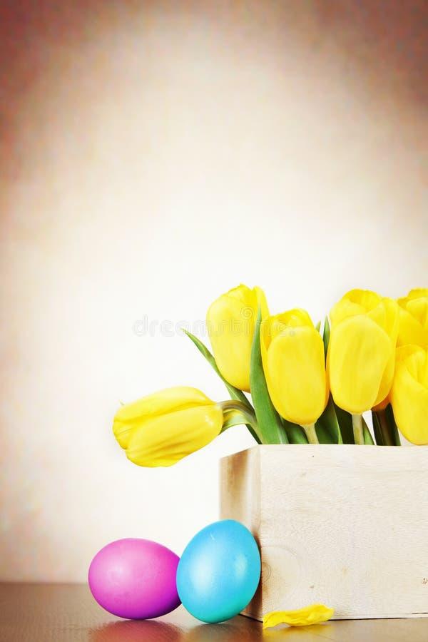 A vida da Páscoa ainda com o ramalhete vívido da tulipa amarela floresce fotografia de stock royalty free