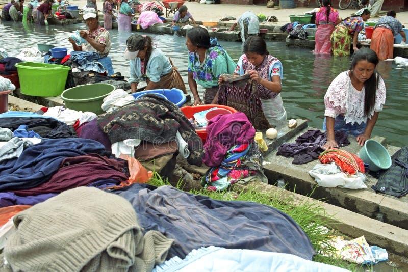 Vida da vila com a lavanderia que lava mulheres indianas foto de stock